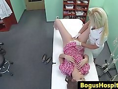 Недвижимое больной на руку медсестрой в течение обследования