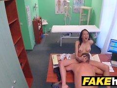Fake Hospital Doctors grueso dick se extiende caliente portugués coño labios