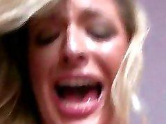 Chica traviesa los gritos mientras penetrada muy duro