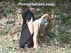 Padre italiano vai mete menina o estilo do doggy no bosque - prete italiano escopa um pecorina ragazza nel bosco do porno italiano
