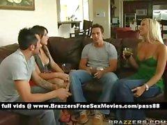 Grupo de individuos y niñas hablando beber vino