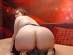 Bbw maturo con la grande culo cavalca dildo guardi in webcam