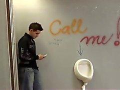 Teens Mierda duros en Bathroom Pública