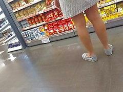 milf de vestido marcando a calcinha