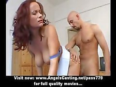 Schattig prachtige redhead en brunette lesbische paar doen tieten massage