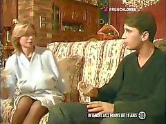 Frankrikes MILF slampa med stora klantskallar knullar på i röven av sin dotters pojkvän