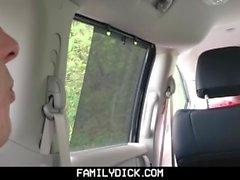 FamilyDick - Muscle papá oso folla chico en el coche para fumar