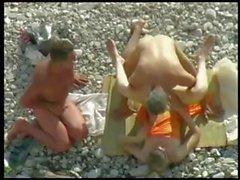 Возбужденный тройка на пляж пойдите для сосать хуй и стуку
