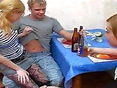 Dois filhotes são amarrar esse cara no chão e provocá-lo