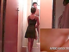Afro Hottie полоски голой и высасывает белого член на коленях