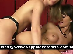 Engelachtige blonde en brunette lesbos toying kutjes met behulp van een grote strapon