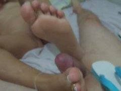 pretty feet give footjob