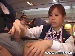 Stewardess costretto handjob in aereo