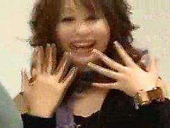 Três meninas japonesas sedutoras colocar as mãos para trabalhar em um