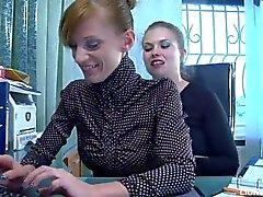 Sexo lesbiano apasionado entre abogado y secretaria