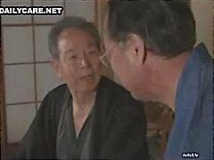 Kiimainen japanilainen miesten nuolee ja leikittelee viattomia Aasian rakoja