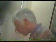 personnes âgées pisser avec le visage 1