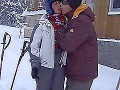 Brunette подростка Ора принимая жировой фаллоса в снегу