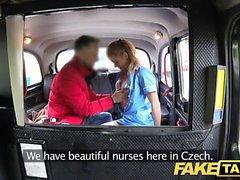 Fake Taxi Sairaanhoitaja seksikkäillä alusvaatteilla on auton sukupuoli