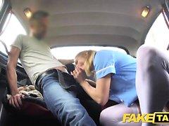 Поддельный медсестра такси в сексуальном нижнем белье имеет автомобиль секс