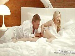 Blonde engel doorgedrongen in de slaapkamer kamer
