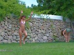 Güzel Rus Kızları bahçedeki Watersports bölgesinde
