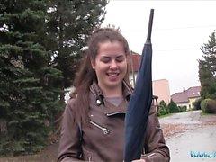Public Agent Wet ryska sprider ben för Cash