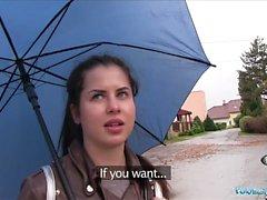 Pubblico Agente Wet russo diffonde le gambe per contanti