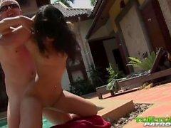 Thai stunner obtiene coño follada en la piscina del hotel