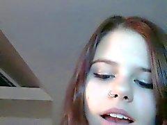 étudiante amusant la webcam