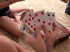 Tres adolescentes rizados disfrutan desnudándose