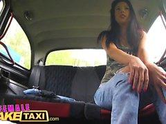Weiblich Gefälschte Taxi Schauspielerin leckt und Finger vollbusige Blondine