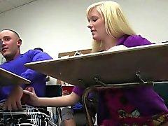 Del college slut che rimbalza sul cazzo dopo la scuola