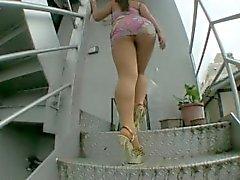 Honma Yuri Pantyhosed Upskirt en las escaleras