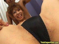 Teen poilue japonaise dans le trio spitroasting