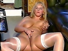 Britânico vagabunda Carol brinca com ela mesma em várias cenas