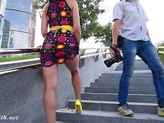 Jeny Smithille Yellow heels julkisen alastomana