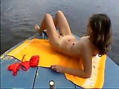 Jonge paar op een boot