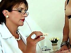 Otrohet britterna moget Lady Sonia blinkar henne som är stor bröst