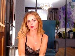 Belle blonde en solo strip-tease porn