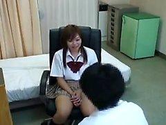 Довольно японская школьница внимательно изучает доктора