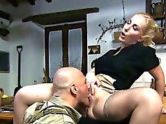 Housewife Blonde ottiene la figa mangiati da un soldato