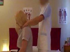 Blonde krijgt een lekkere massage door Japanse masseuse en wordt geneukt