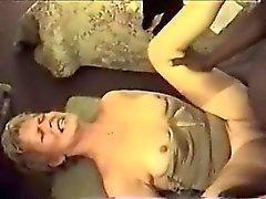 Attractive blond MILF léchage grosse bite qui est noir et