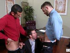 Trio gay poilu avec éjac