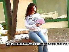 Luisa easy going tiener rondborstige babe spelen met tieten