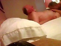 Câmera escondida com anos de idade 86 bear vovô no quarto de hotel