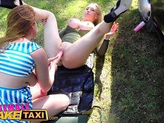 Weiblich Gefälschte Taxi Wilde Lesben teilen sich einen massiven Dildo