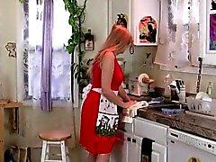 Mom fica sobrecarregado de de seu bichano palpitante na cozinha