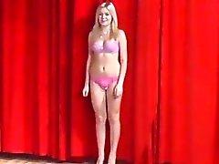 Los adolescentes 19yo checa atractivo de Mostrar de sus cuerpos en el casting